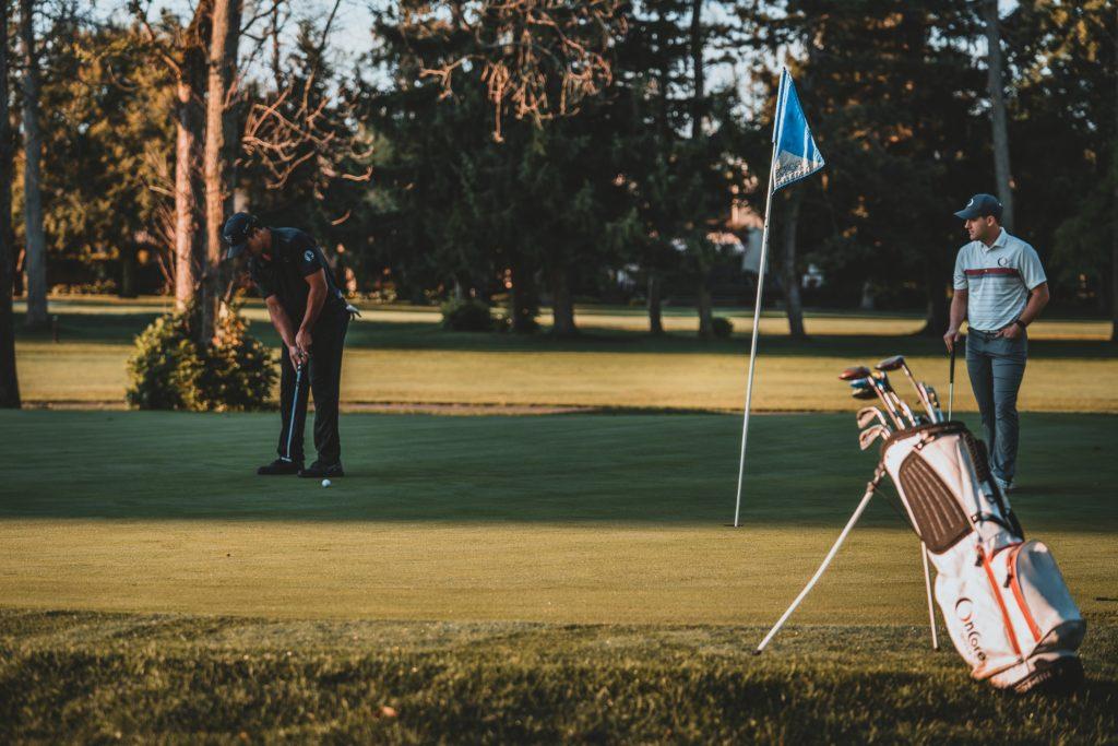 богатые мужчины играют гольф